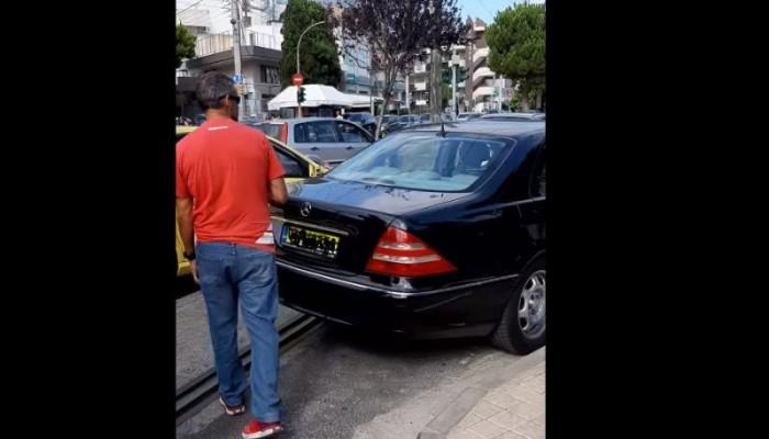 Οδηγός στην Γλυφάδα πάρκαρε την Mercedes στη γραμμή του τραμ, την κλείδωσε και έφυγε (vid)