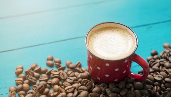 Τι κάνει ο κανονικός καφές στον οργανισμό σε σύγκριση με τον ντεκαφεϊνέ