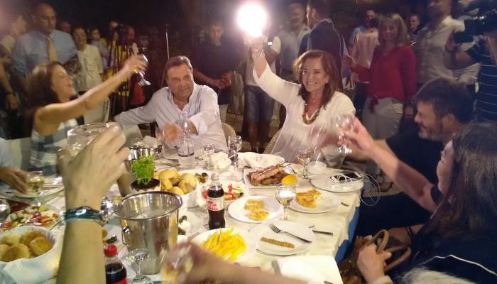 Έστησε γλέντι η Ντόρα Μπακογιάννη στο σπίτι της οικογένειας στη Χαλέπα (βίντεο)