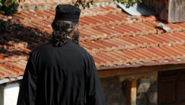 Μπλεξίματα για ιερέα που αψήφισε τα μέτρα για τον κορονοϊό και λειτούργησε