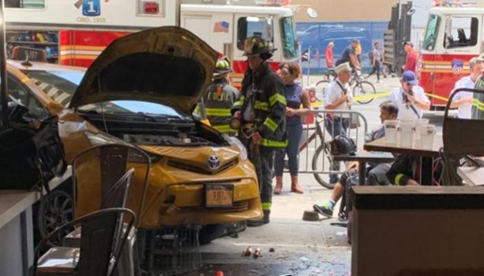 Πανικός στο Μανχάταν: Ταξί έπεσε σε εστιατόριο - 8 τραυματίες