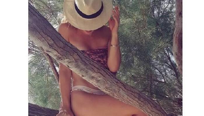 Φόρεσε το μαγιό της και πόζαρε στο δέντρο - Αναγνωρίζετε την Ελληνίδα ηθοποιό;