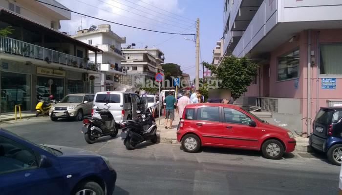 Βανάκι συγκρούστηκε με μηχανάκι στα Χανιά (φωτο)