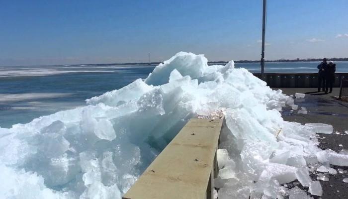 """Εντυπωσιακό τσουνάμι πάγου """"καταπίνει"""" τη στεριά!"""