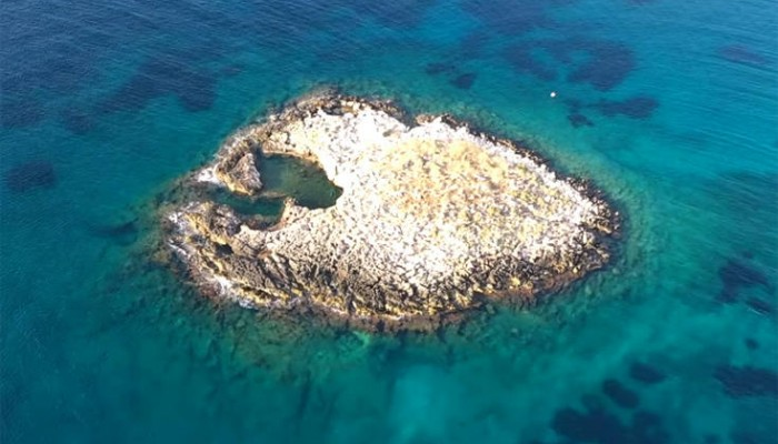 Το νησάκι με τη φυσική πισίνα σε απόσταση αναπνοής από την Αθήνα