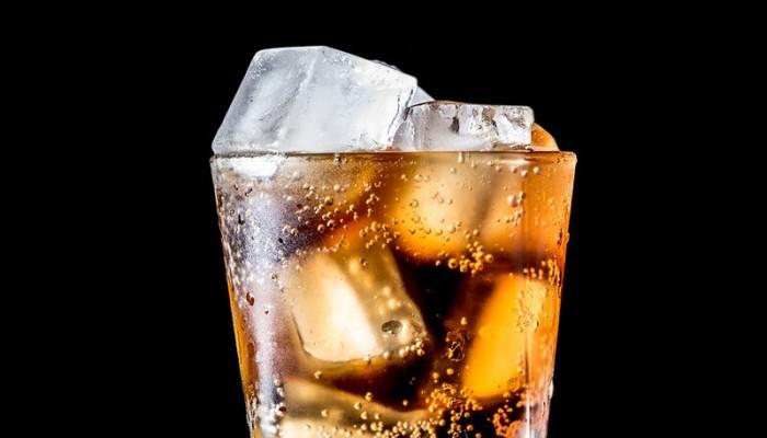 Αναψυκτικά: 7 προβλήματα υγείας που προκαλεί η συχνή κατανάλωση