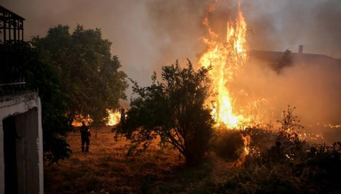 Σε κατάσταση έκτακτης ανάγκης περιοχές στην Εύβοια, στα πρώτα σπίτια οι φλόγες