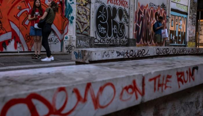 Αφιέρωμα του Associated Press στα γκράφιτι της Αθήνας: «Οι πανταχού παρούσες μουτζούρες»