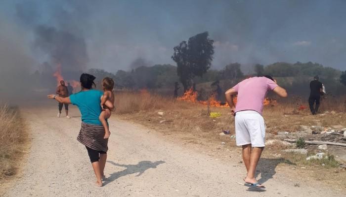 Με λεωφορεία μεταφέρονται κάτοικοι χωριών που εκκενώθηκαν λόγω πυρκαγιάς στη Κέρκυρα