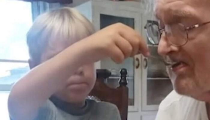 Μοναδικό βίντεο: 6χρονος ταΐζει τον παππού του που πάσχει από άνοια