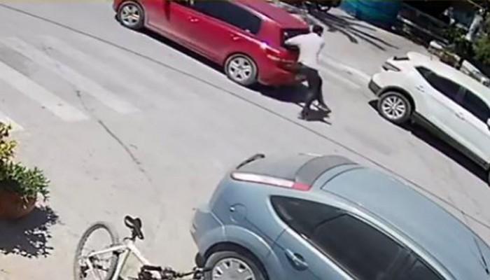 Η στιγμή που αυτοκίνητο κάνοντας όπισθεν παρασέρνει πεζό στα Χανιά (βίντεο)