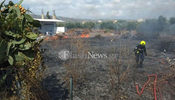 Αναστάτωση στην Σούδα από φωτιά σε χωράφι κοντά σε επιχειρήσεις και σπίτια (φωτο)