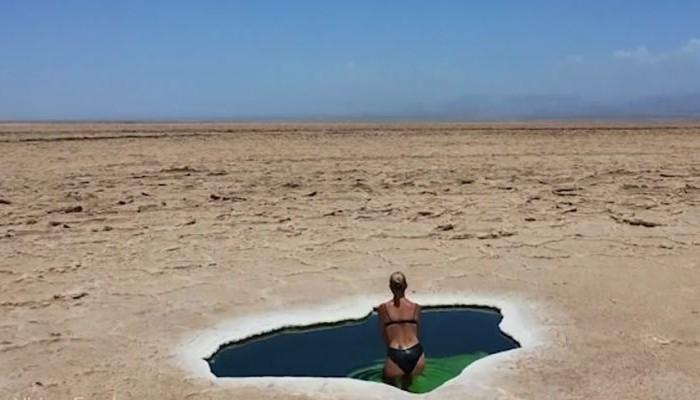 Φυσική πισίνα στην έρημο