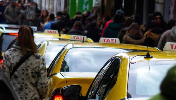 Κρίσιμες αποφάσεις τις επόμενες ώρες για ταξί και αριθμό επιβατών