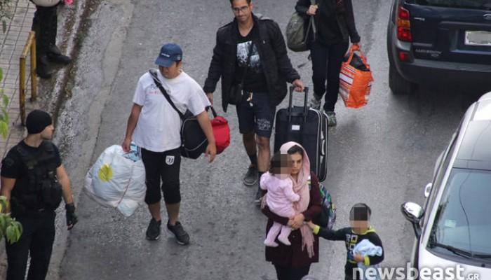 Εικόνες από την επιχείρηση της ΕΛΑΣ σε υπό κατάληψη κτίριο στο κέντρο της Αθήνας