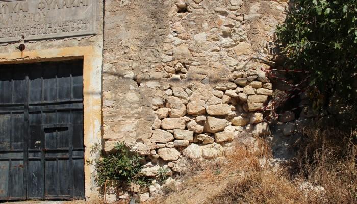 SOS: Το μνημείο του Ιτζεδίν καταρρέει (φωτο)