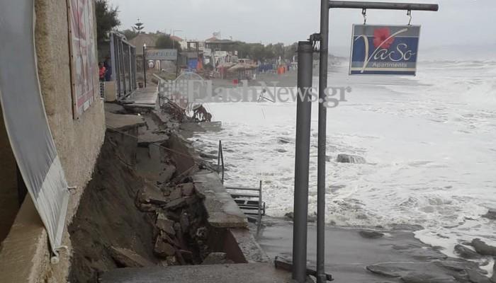 Διαλύθηκε πεζοδρόμιο από τη θάλασσα στον Πλατανιά - Κινδυνεύει σπίτι (φωτο)