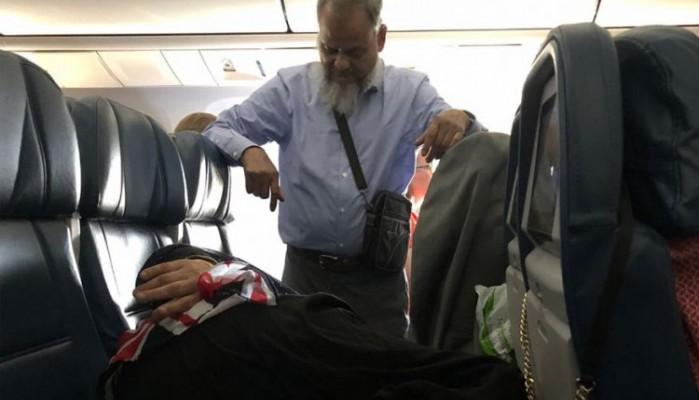 Επιβάτης έμεινε όρθιος στο αεροπλάνο για 6 ώρες προκειμένου να κοιμηθεί η γυναίκα του