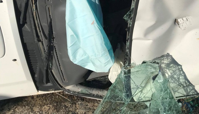 Τροχαίο ατύχημα στο Βραχάσι με «βουτιά» αγροτικού που μετέφερε σταφύλια (φωτο)