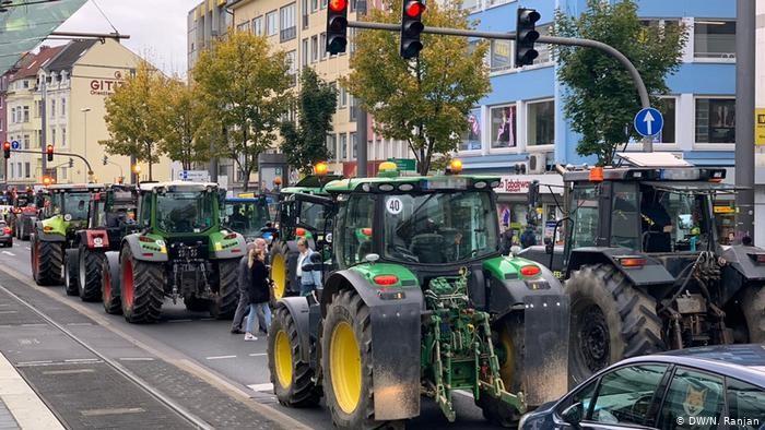 Γερμανία: Χιλιάδες αγρότες διαδηλώνουν στους δρόμους μεγάλων πόλεων με τα τρακτέρ τους