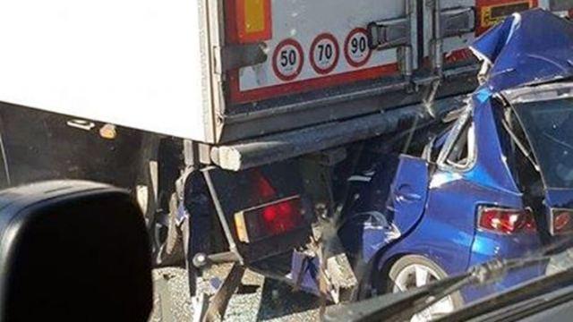 Αυτοκίνητο «καρφώθηκε» σε νταλίκα - Νεκρός ο οδηγός