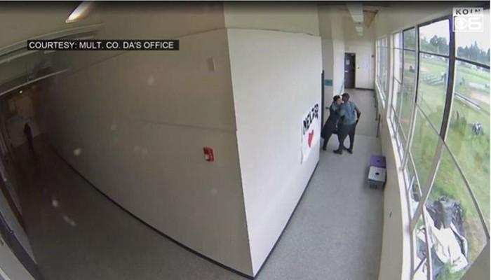 Βίντεο: Γυμναστής αφοπλίζει και αγκαλιάζει ένοπλο μαθητή που ετοιμάζεται να αυτοκτονήσει