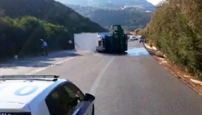 Νταλίκα ανετράπη στον ΒΟΑΚ μετά από σύγκρουση με αυτοκίνητο (βίντεο)