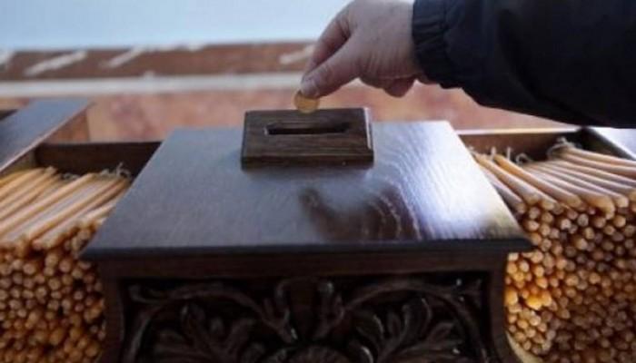 Η κρίση «χτύπησε» τους πιστούς: Ρίχνουν κουμπιά στα παγκάρια της Εκκλησίας
