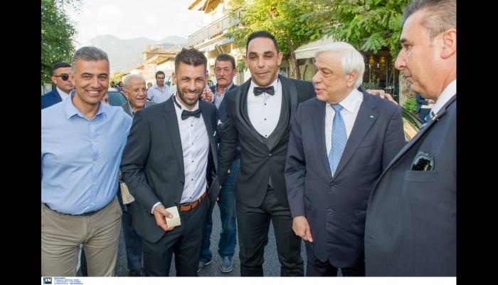 Ο Παυλόπουλος σταμάτησε την αυτοκινητοπομπή του για να βγάλει φωτο με γαμπρό! (φωτο)