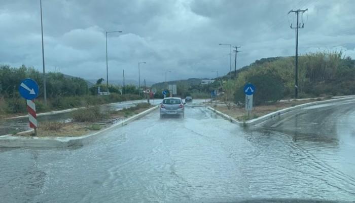 Καλό χειμώνα! Πλημμύρισε δρόμος στα Χανιά από μια μικρή βροχόπτωση (φωτο)