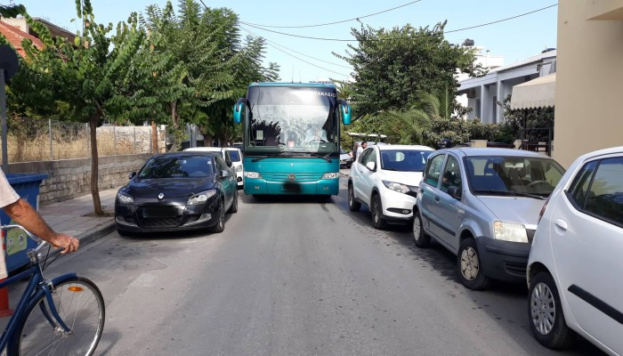Τα παρκαρισμένα έκλεισαν τον δρόμο στα Χανιά (φωτο)