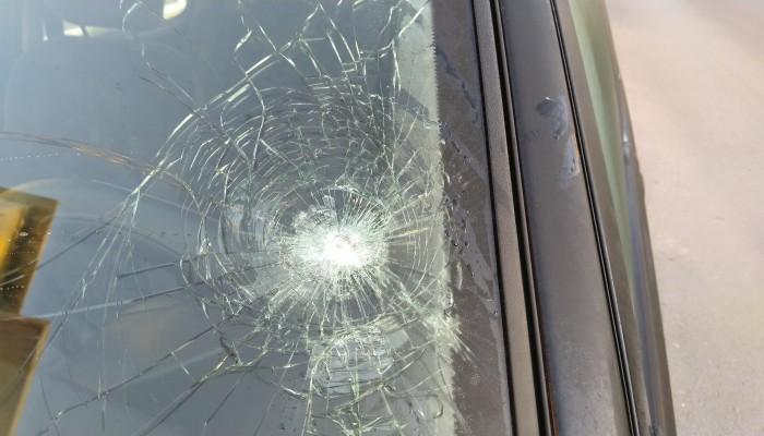 Πολίτης στα Χανιά καταγγέλλει ότι αδέσποτη σφαίρα έσπασε το παρμπρίζ του (φωτο)