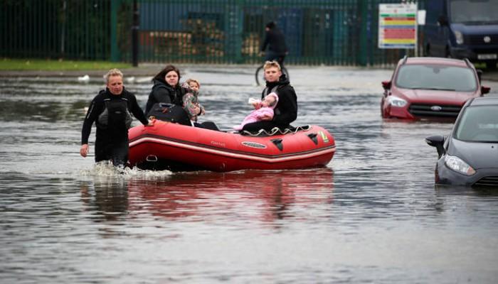 Εγκαταλείπουν τα σπίτια τους στη βόρεια Αγγλία υπό τον φόβο φονικών πλημμυρών