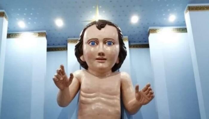 Εκκλησία έφτιαξε γιγάντιο άγαλμα του μωρού Ιησού που έγινε viral για τους λάθος λόγους