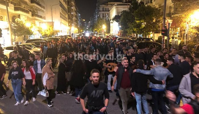 Μαντινάδες και τσικουδιές από 200 Κρήτες φοιτητές στο κέντρο της Θεσσαλονίκης (βίντεο)