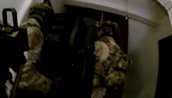 Η έφοδος του Λιμενικού στο κρησφύγετο του κυκλώματος διακίνησης μεταναστών (βίντεο)