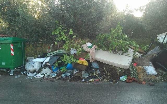 Ζουν με σωρούς σκουπιδιών έξω από τα σπίτια τους (φωτο)