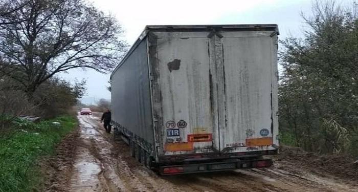 Καλοχώρι: Νταλίκα βούλιαξε σε δρόμο με λάσπη