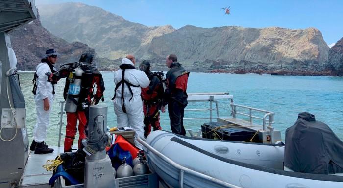 Εκρηξη ηφαιστείου στη Νέα Ζηλανδία: Δύτες αναζητούν πτώματα υπό αντίξοες συνθήκες
