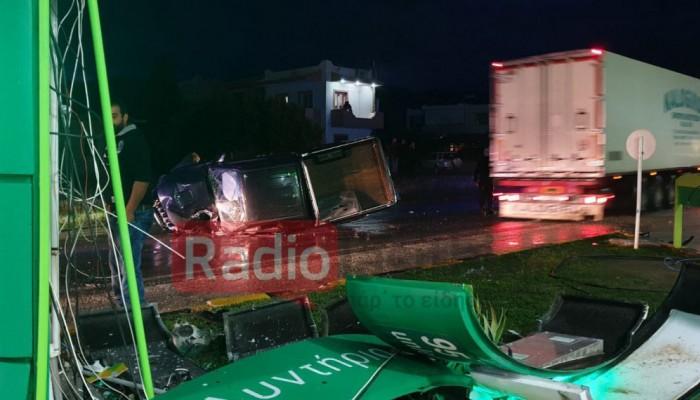 """Αυτοκίνητο """"ρουκέτα"""" καρφώθηκε σε πυλώνα βενζινάδικου - Χαροπαλεύει ο συνοδηγός (φωτο)"""