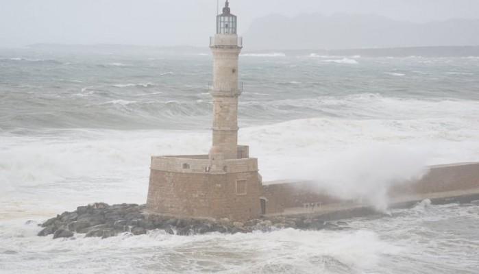 Απίστευτη εικόνα! Τα κύματα έφτασαν στο κάστρο του Φιρκά στο λιμάνι Χανίων (Φώτο-Βίντεο)