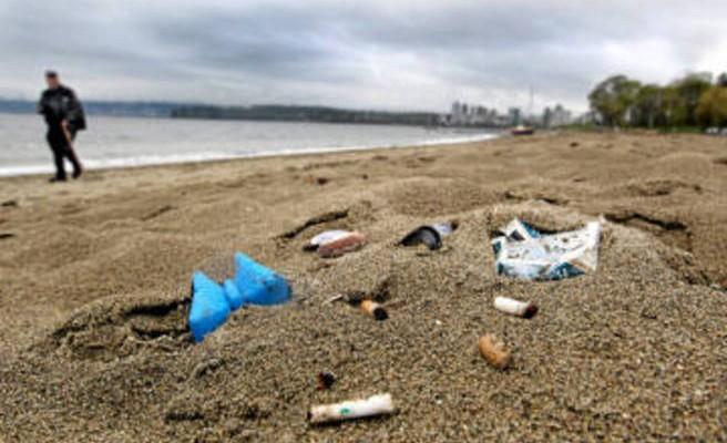 Οι ελληνικές ακτές «θάβονται» από τα αποτσίγαρα