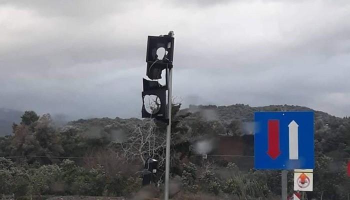 Πυροβόλησαν το φανάρι στην στρατιωτική γέφυρα στον Αλικιανό (φωτο)