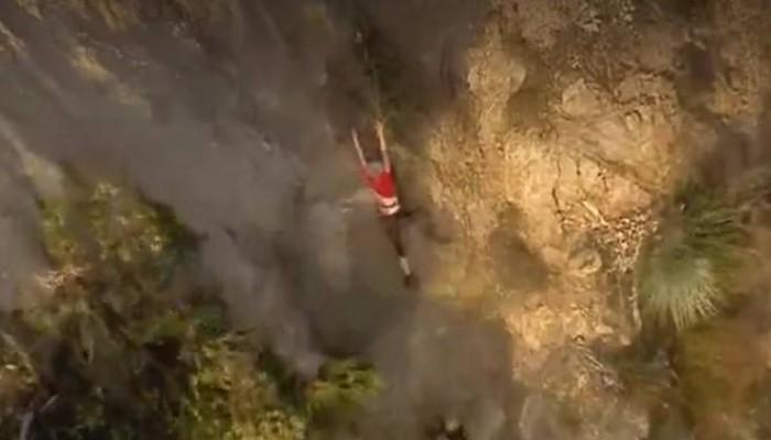 Βίντεο με τη δραματική διάσωση πεζοπόρου που κρεμόταν στο κενό πιασμένη από ρίζες σε βράχο