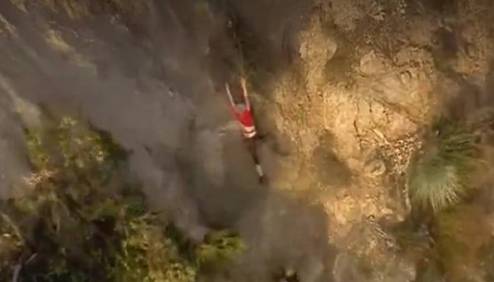 Κινηματογραφική διάσωση πεζοπόρου που κρεμόταν στο κενό πιασμένη από ρίζες σε βράχο