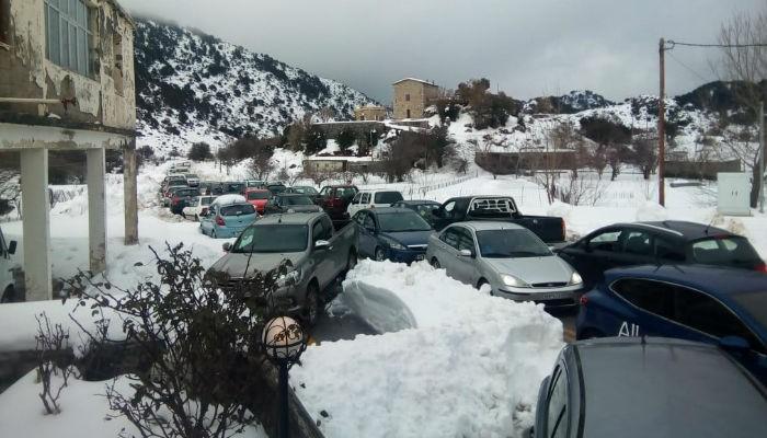 Δεκάδες αυτοκίνητα «μπλόκαραν» τον δρόμο στον Ομαλό (φωτο)