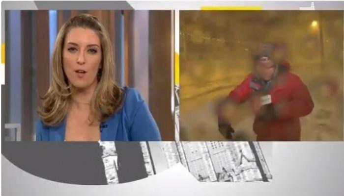 Καναδάς: Ρεπόρτερ πέφτει από τους ισχυρούς ανέμους εν ώρα live μετάδοσης