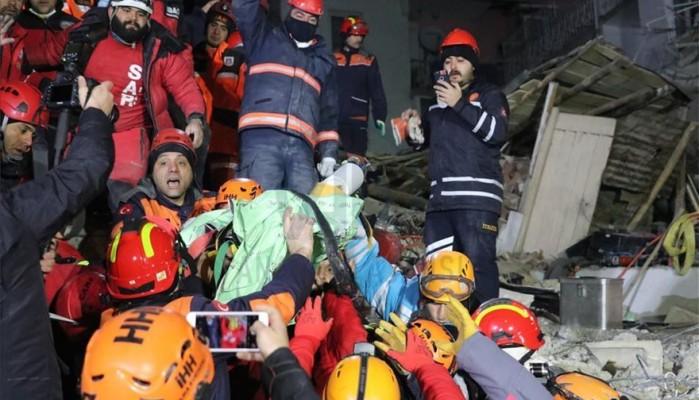 Σεισμός στην Τουρκία: Δραματική διάσωση μάνας και κόρης από τα ερείπια-Στους 35 οι νεκροί