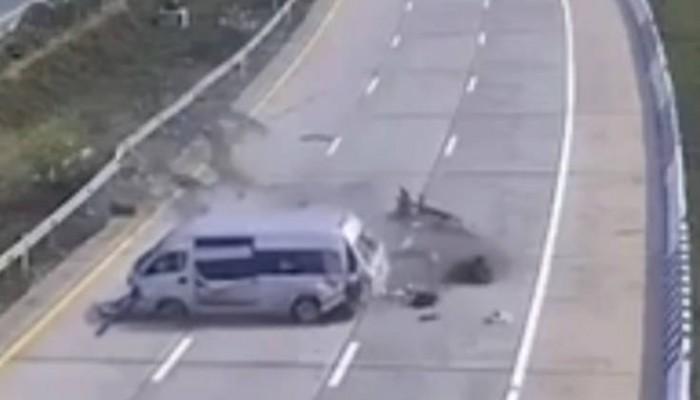 Τρομακτικό τροχαίο: Η στιγμή που τουρίστες πετάγονται έξω από λεωφορείο (Βίντεο)