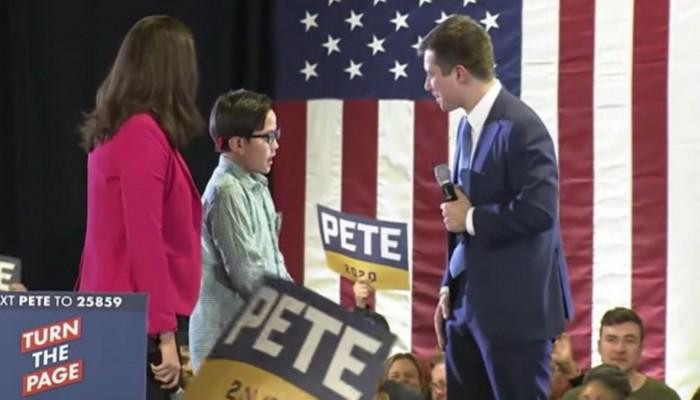 9χρονος φαν υποψηφίου των Δημοκρατικών ζητά βοήθεια για να πει στον κόσμο ότι είναι gay